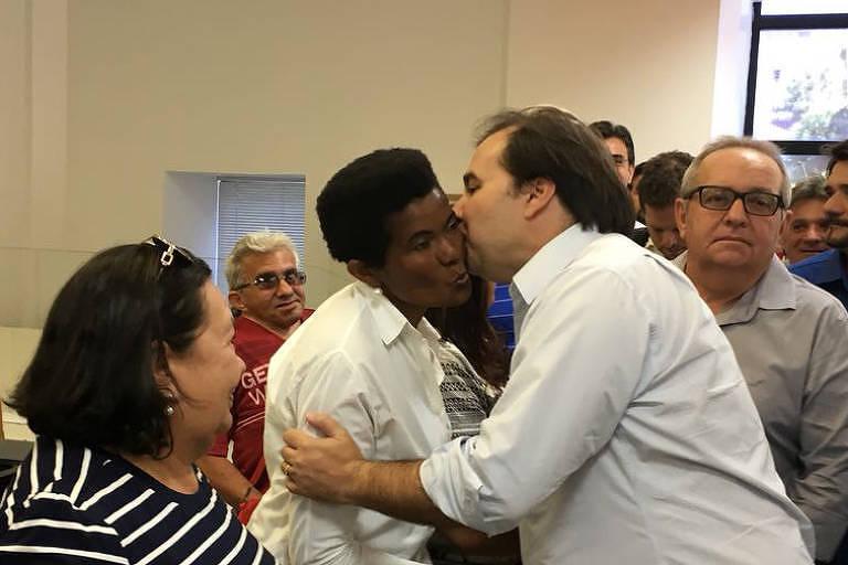 Em estreia na pré-campanha, Maia vê parentes em Catolé do Rocha