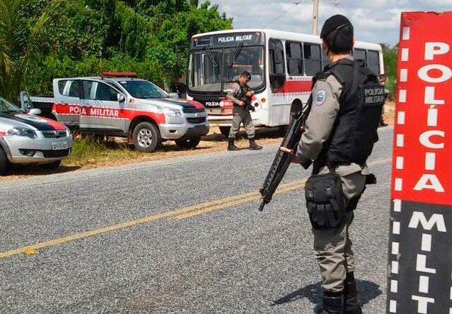 Policial de folga prende suspeito que tentava assaltar com peixeira em ônibus