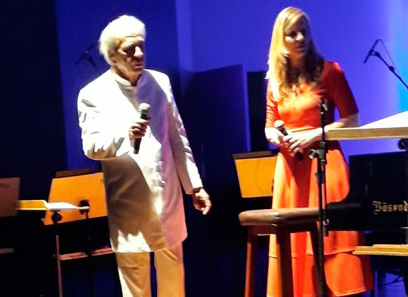 Geraldo Vandré é aplaudido de pé em retorno aos palcos após 50 anos