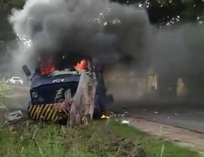 Bandidos explodem carro-forte e são perseguidos pela polícia