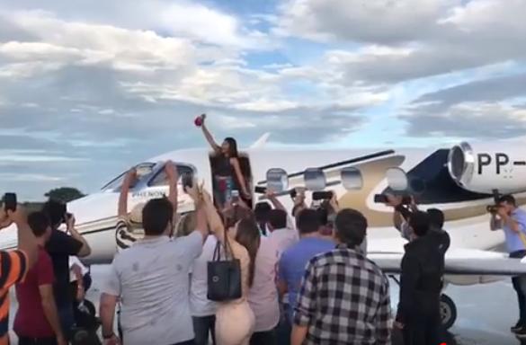 Eduarda Brasil é saudada por multidão na chegada ao Sertão da PB