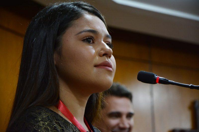 Eduarda Brasil se emociona ao receber homenagem na Câmara de JP