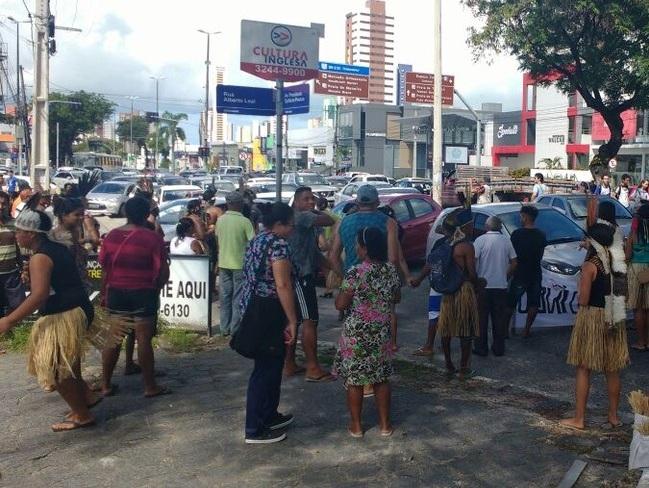 Índios bloqueiam avenida Epitácio Pessoa durante protesto em João Pessoa