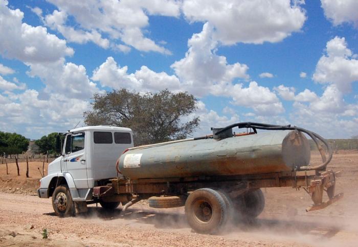 Governo pede isenção de ICMS para carro-pipa e responsabiliza Exército por cobrança