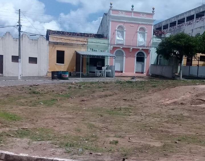 Moradores cobram conclusão da obra da Praça Elias Gomes em Gurinhém
