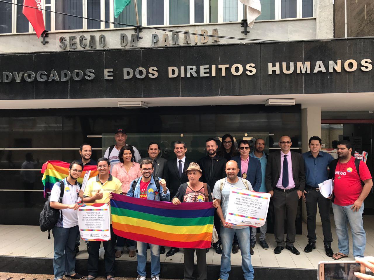 Juíza entende que gays não são os únicos discriminados e derruba placas anti-homofobia na PB