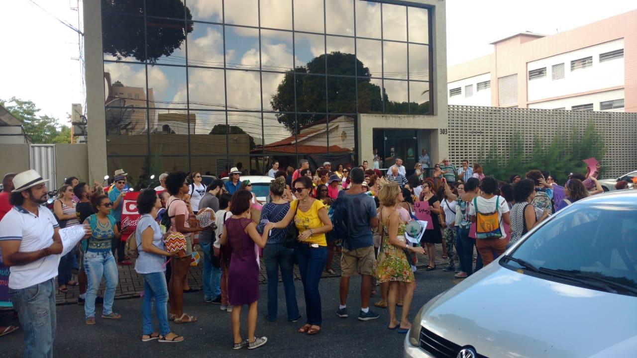 Movimento de Mulheres protesta contra apresentador e pede ação do MP