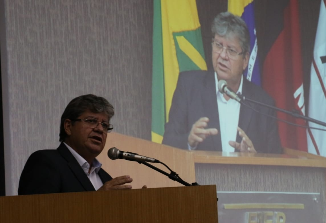 João Azevêdo participa de missa no dia da eleição e vota às 9h40 em João Pessoa