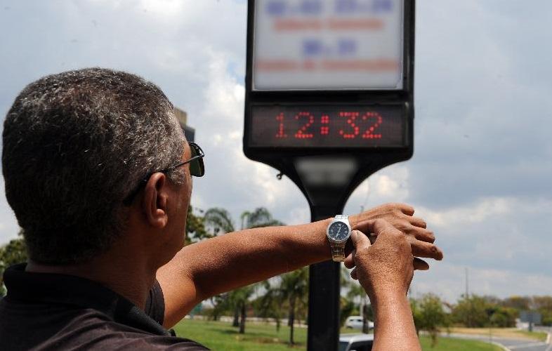 Operadoras adiantam relógios em uma hora e causam confusão