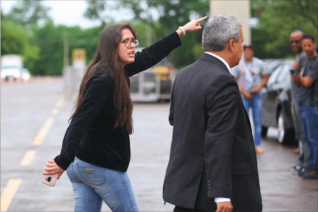 Professora xinga Bolsonaro em Brasília e diz que ele venceu graças a fake news; assista