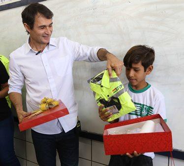 Romero surpreende aluno de escola municipal  que enviou carta a Papai Noel