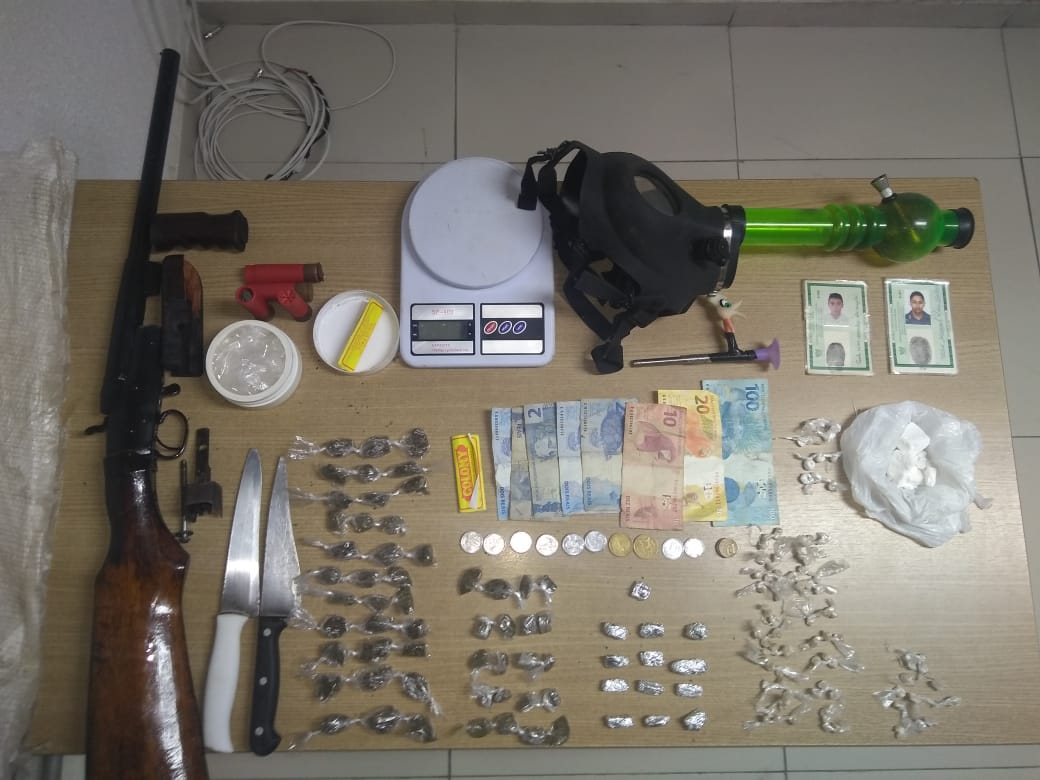 PM prende dupla com espingarda, dinheiro e drogas, no Porto do Capim
