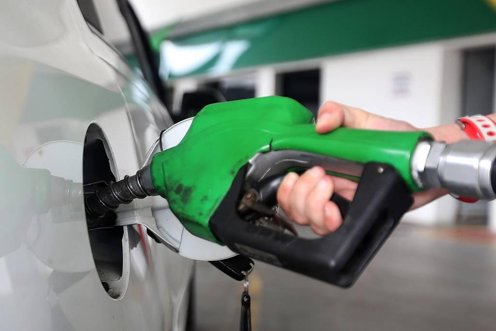 Gasolina fica 1,38% mais barata nas refinarias a partir de hoje