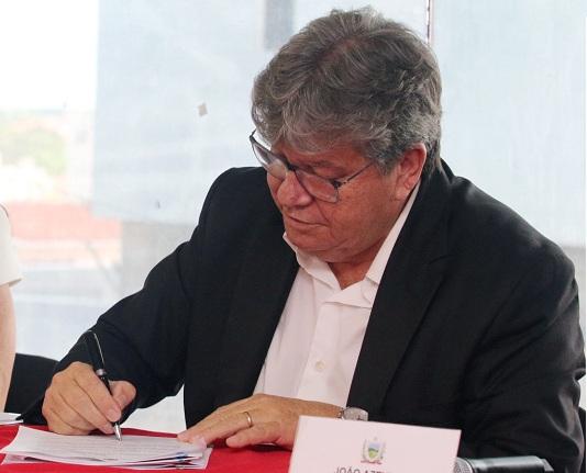 João Azevêdo assina decreto e beneficia mais de 500 mil paraibanos com redução nas contas de energia