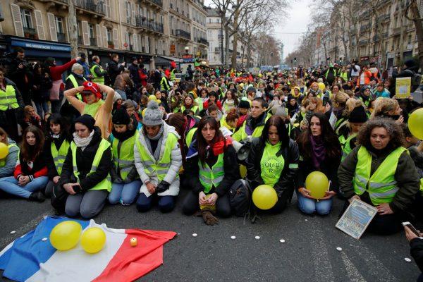 """França ameaça proibir """"coletes amarelos"""" na Champs-Elysées"""