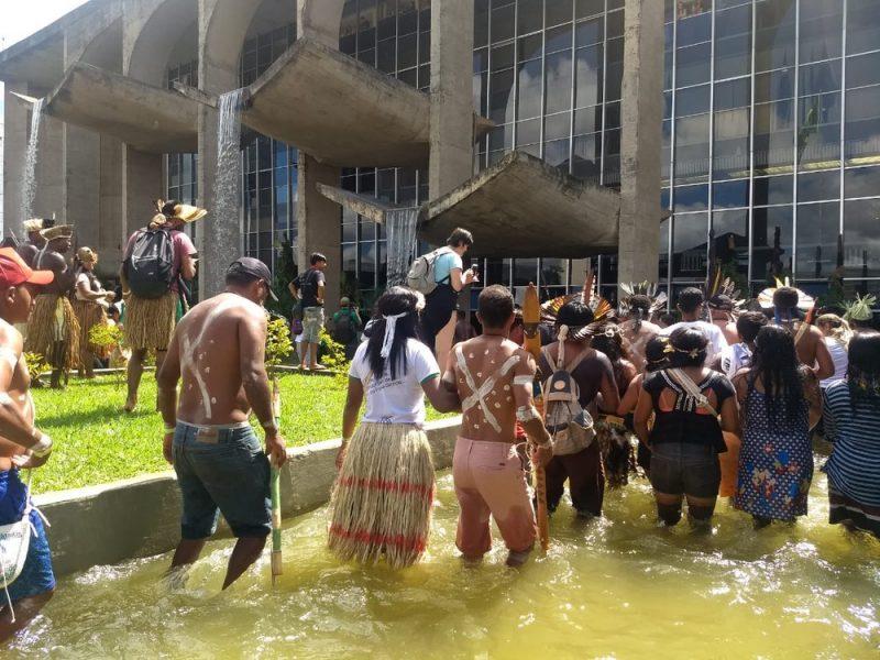 Indígenas entram em espelho d'água e fecham parte da Esplanada dos Ministérios