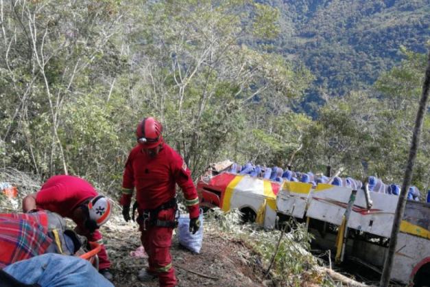 Ônibus cai em precipício e deixa ao menos 25 mortos na Bolívia