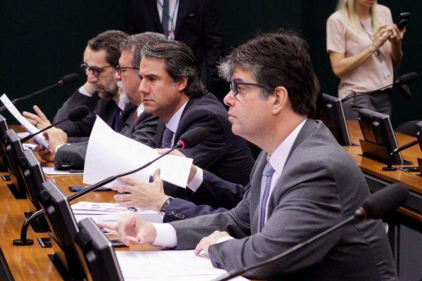 Projeto de Ruy Carneiro que acaba com pensão de ex-governadores avança na Câmara
