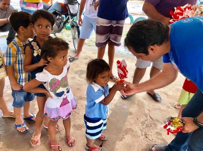 Vereador distribui ovos de Páscoa a crianças no Valentina