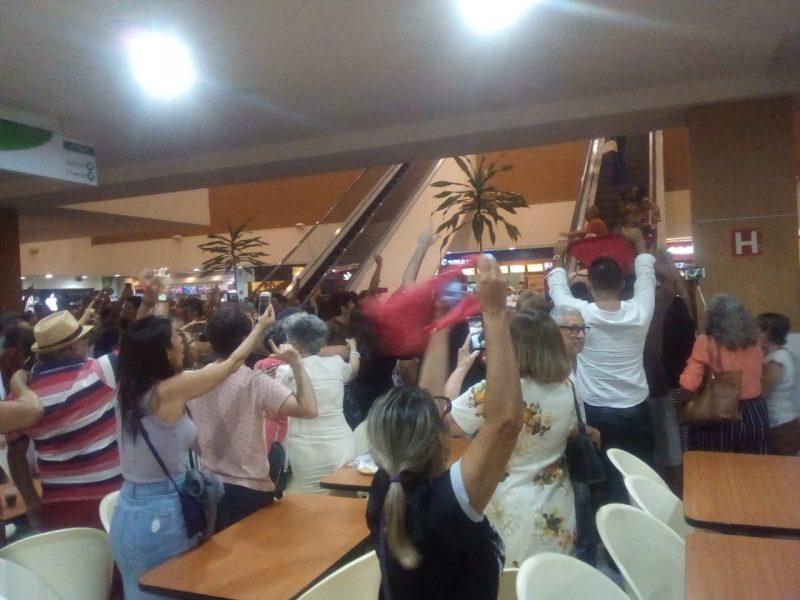 """Maior shopping de João Pessoa tem """"lulaço"""" que pára Praça da Alimentação; assista"""