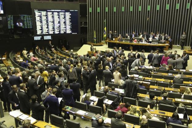 Câmara vota reforma administrativa e retira trecho que limitaria auditores