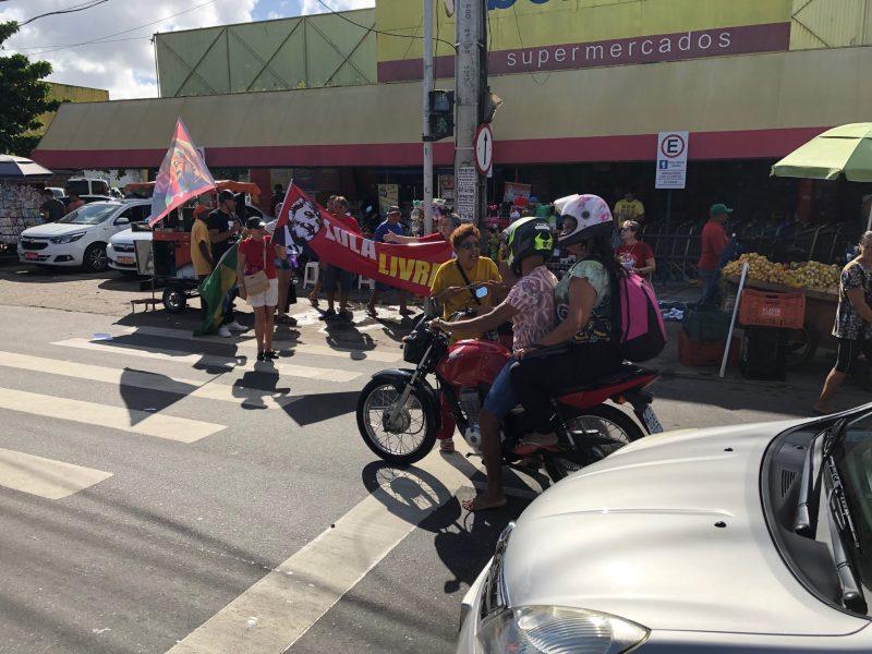 """Militantes de esquerda promovem panfletagem por """"Lula livre"""" em Oitizeiro"""