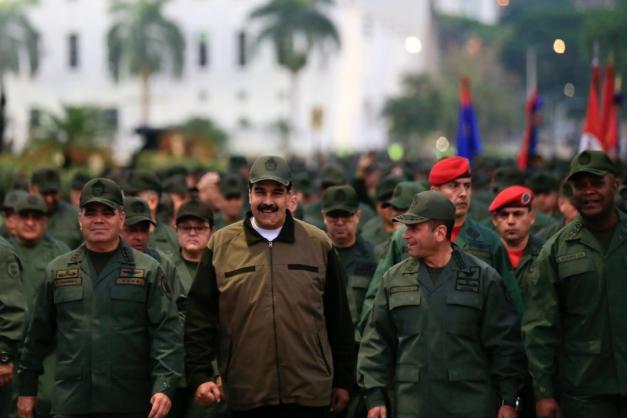 Maduro marcha com militares para reafirmar lealdade das tropas