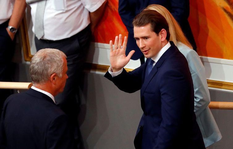Governo austríaco cai em meio a escândalo