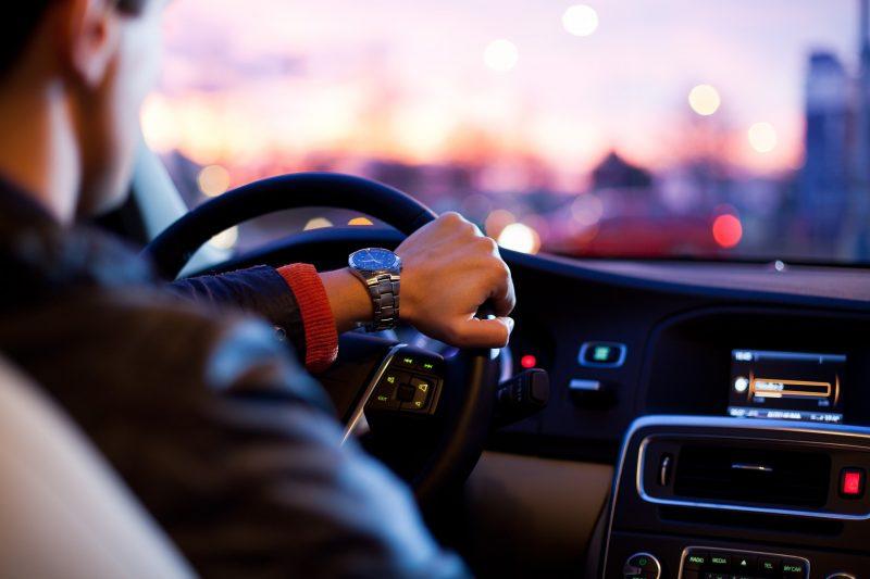 PM detém trio suspeito de roubar carro e dinheiro de motorista de aplicativo em Bayeux