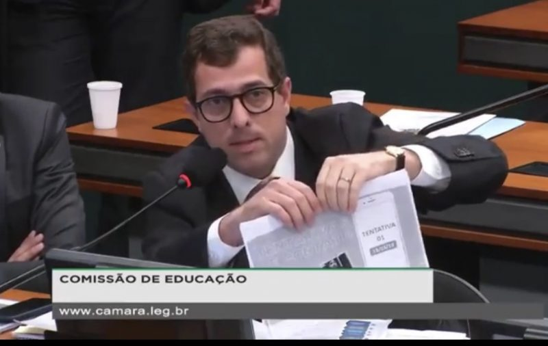 Gervásio rasga print com dados pessoais de Tabata na frente de ministro; assista