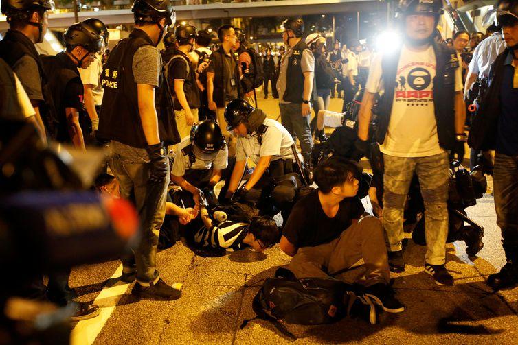 Polícia reprime atos violentos durante manifestação em Hong Kong