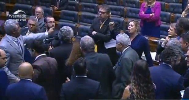 Briga entre deputados do PSL faz Congresso fechar sessão com pendências