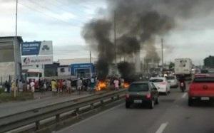 Moradores fazem protesto e interditam trecho da BR-230 em Bayeux