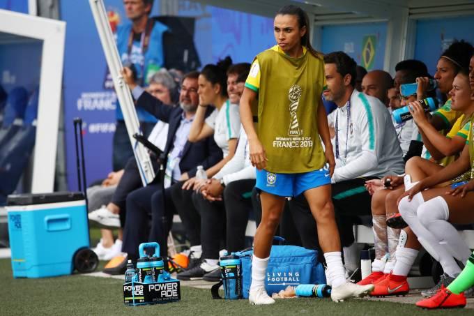 Marta treina com bola e pode estrear na Copa contra Austrália