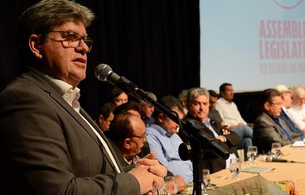 João Azevêdo recebe propostas da agricultura familiar e assina adesão ao Garantia-Safra