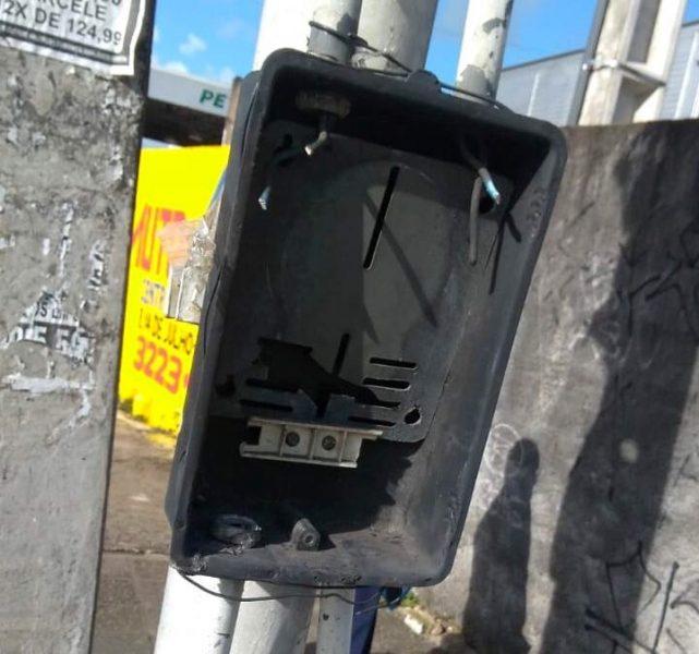 Roubo de medidor de energia deixa semáforo apagado em Jaguaribe