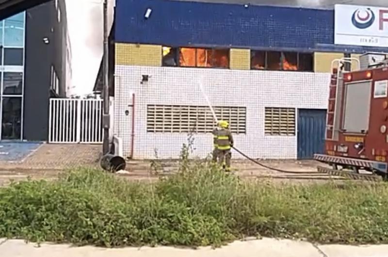 Incêndio atinge distribuidora na BR 230, em Cabedelo; veja