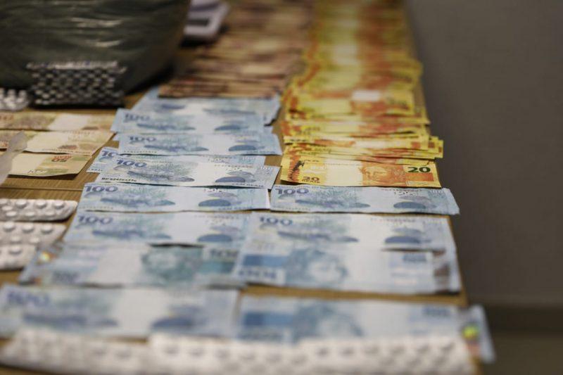 Mulher presa com 304 munições de fuzil mantinha drogas e dinheiro falso em casa