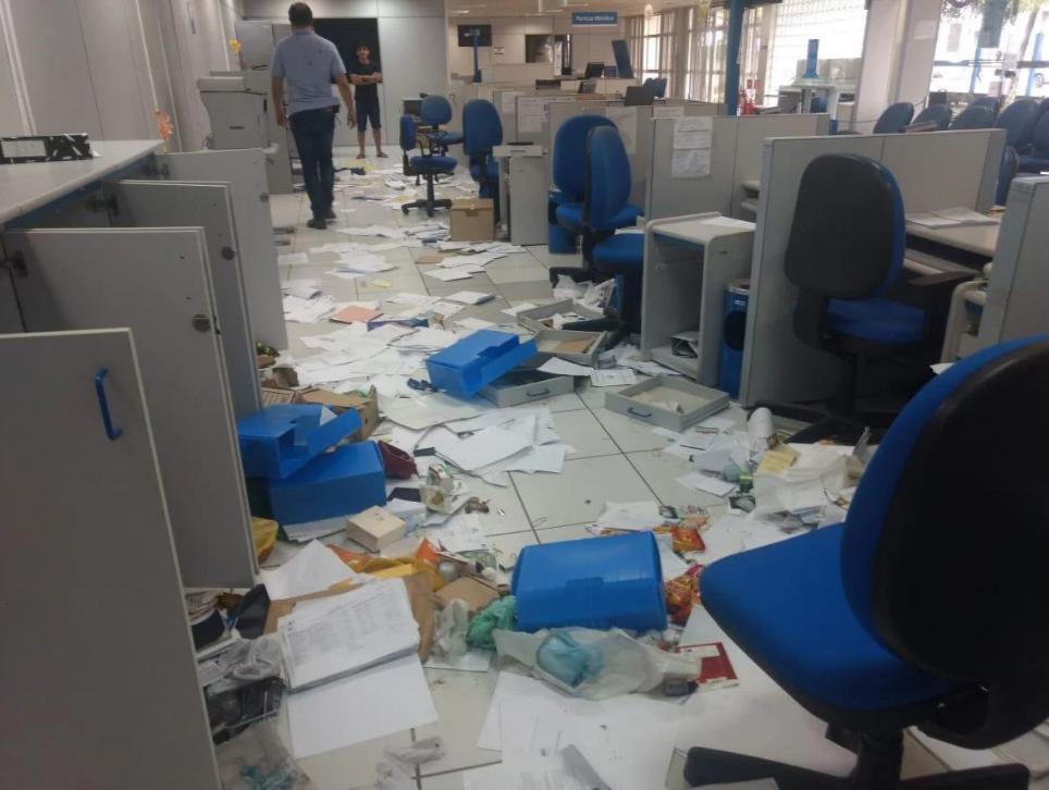 Agência do INSS é invadida e documentos e sacos de café são espalhados pelo chão
