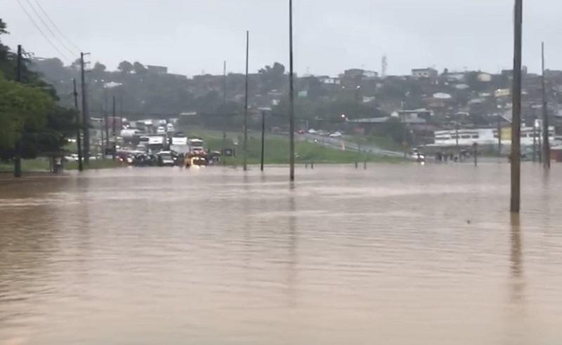 Chuvas impedem tráfego de João Pessoa a Recife; nem ônibus passam