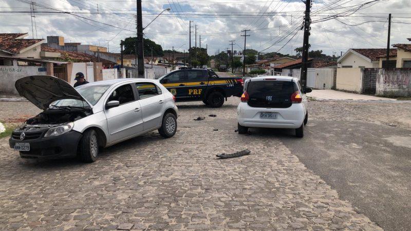 Foragido tenta escapar da PRF, mas bate o carro e acaba preso