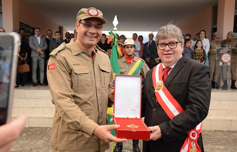 João Azevêdo entrega equipamentos e recebe homenagem nos 102 anos dos Bombeiros