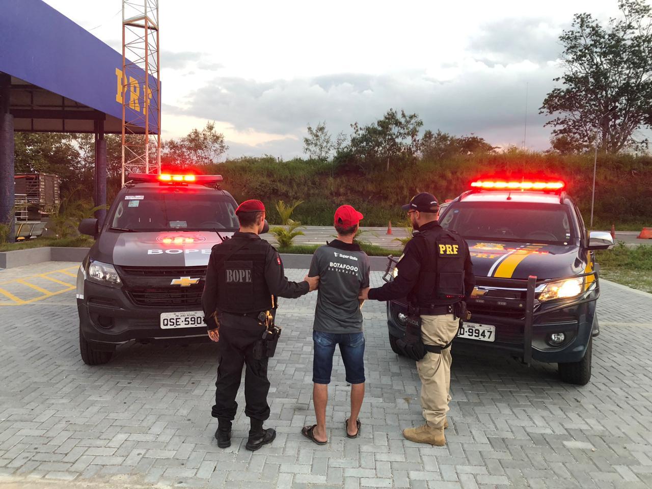 Homem com mandado de prisão é detido durante revista a ônibus de torcedores do Botafogo-PB