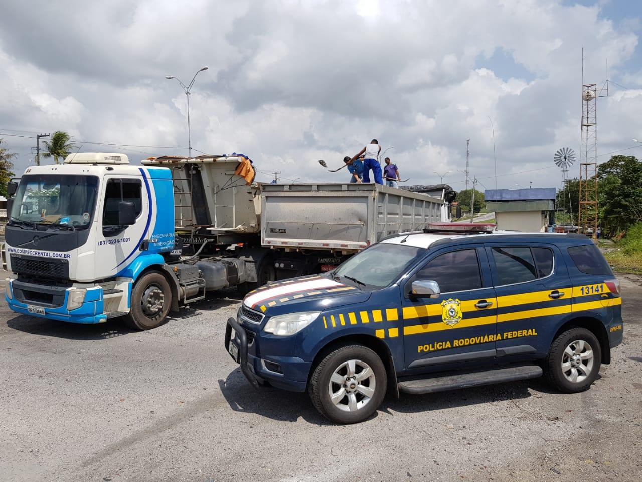 PRF flagra caminhão transportando mais de 14 toneladas de excesso de peso