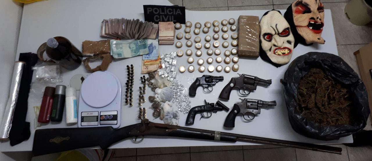 Policiais apreendem R$ 4,8 mil em dinheiro, drogas e armas em operação contra o tráfico