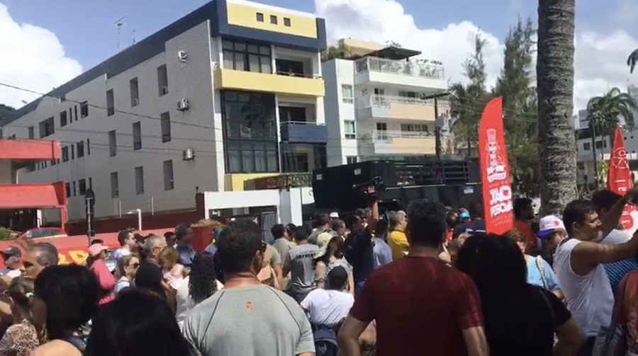 Multidão vai à praia para solidariedade a pessoas com deficência alvo de discriminação