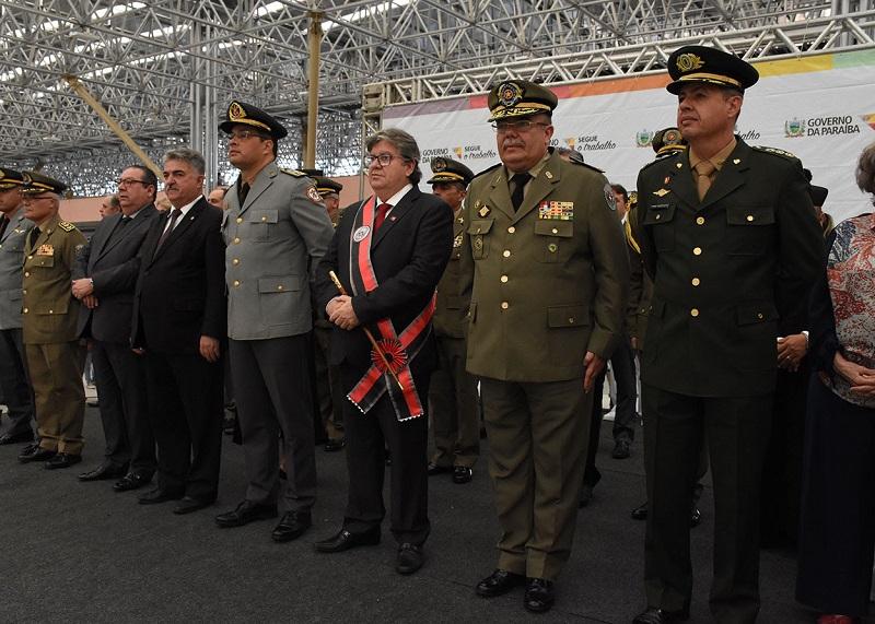 Em solenidade do patrono da PM, governador condecora Márcio Murilo e Gilberta Soares