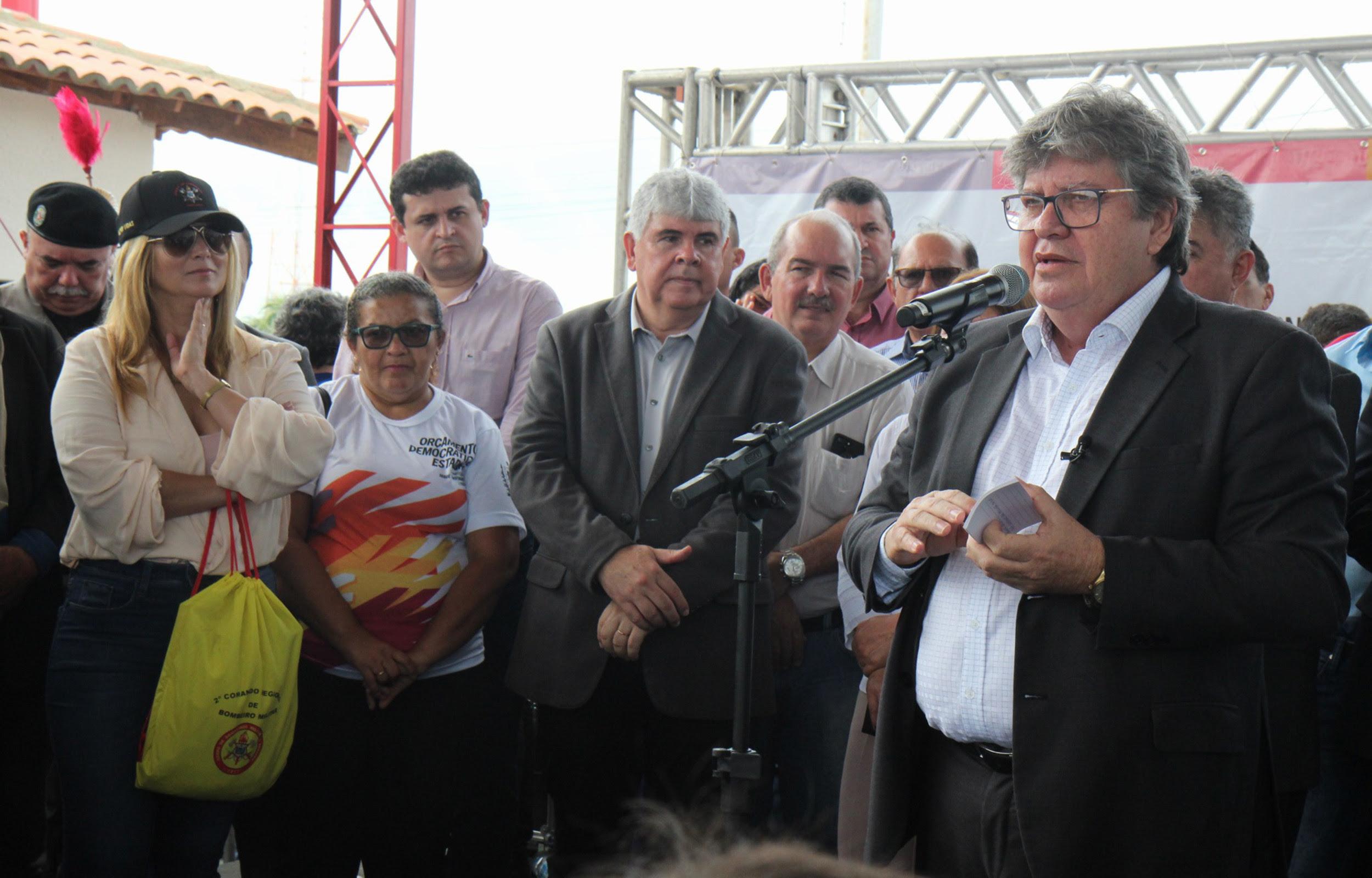 João Azevêdo é homenageado pelo aniversário durante entrega da Companhia dos Bombeiros em Itabaiana