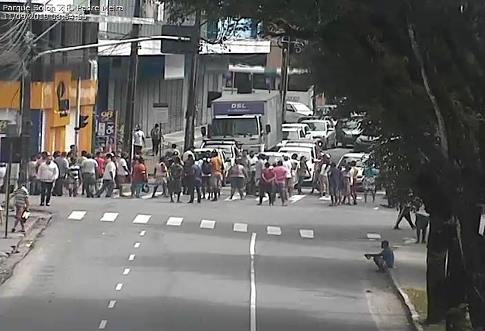 Ambulantes reagem à ação da Prefeitura e interditam ruas no Centro da Capital