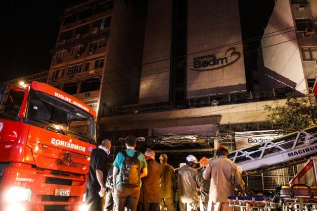 Peritos buscam foco de incêndio em hospital do Rio que deixou vários mortos